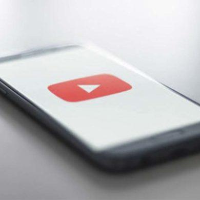 Celular con imagen del reproductor de youtube